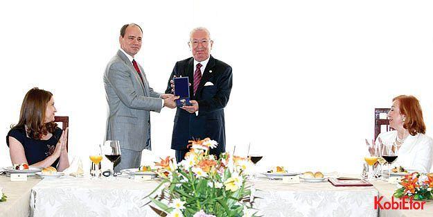 """Arnavutluk Cumhurbaşkanı'ndan Dr. Akkan Suver'e 'Özel Devlet Liyakat Nişanı"""" verdi"""